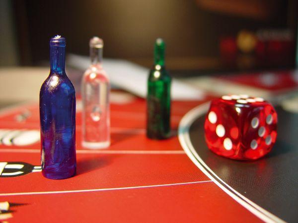 Trinken und Spielen mit Destillatio