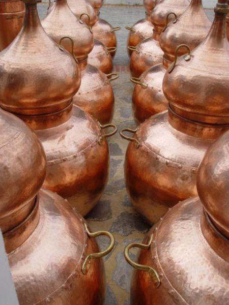 10 große Alambik Destillen bei Unicobres S.L. im Hof (2004)