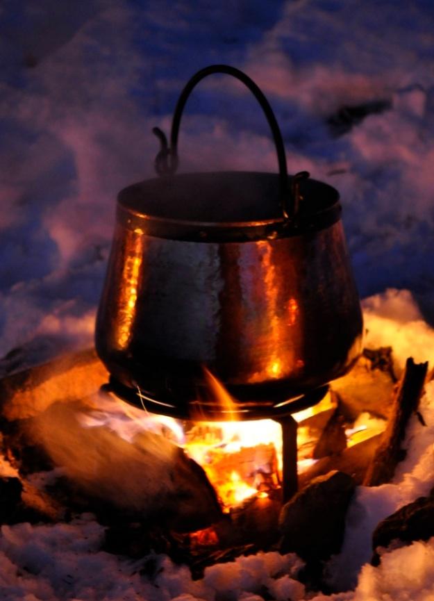 Kochen mit dem Kupferkessel am Lagerfeuer - hier ein Bild aus dem Winter