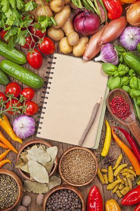 Gewürze zum Würzen und ein Kochbuch