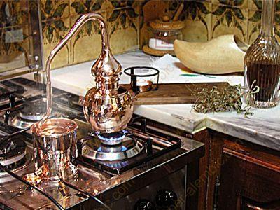 Legale Destille in der Küche beim Destillieren