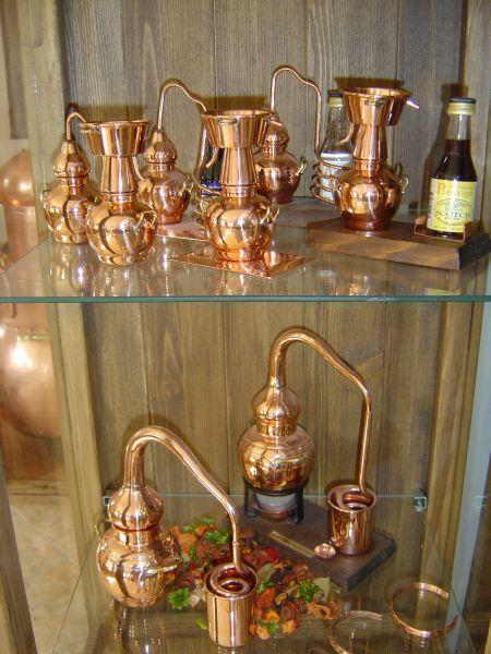 Dekodestillen in der Vitrine - sicher finden Sie bei Destillatio auch genau den richtigen Dekoartikel für Ihre Wohnung