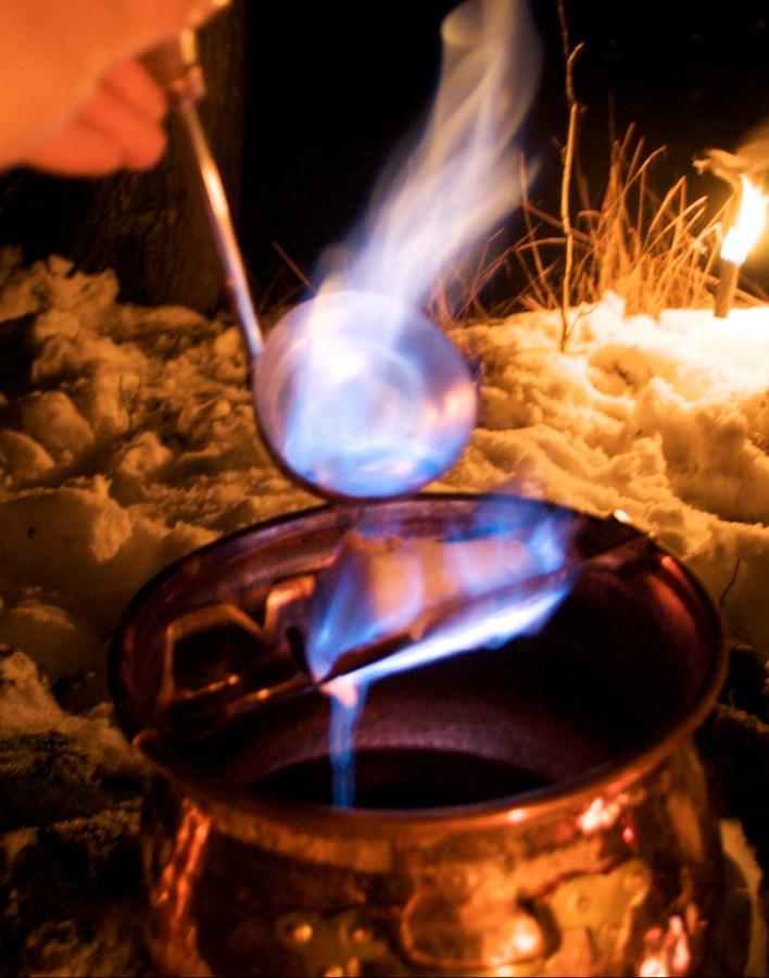 Feuerzangenbowle im Kupferkessel - kochen am Lagerfeuer