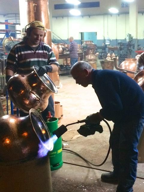 Verzinnen von einem Kupferkessel in der Destillatio Schmiede