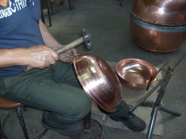 Hier wird ein Cataplana Kupfertopf per Hand in Form gehämmert