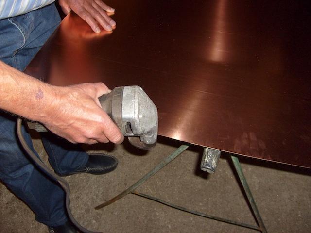 Im ersten Schritt beginnen wir mit dem zuschneiden der Kupferbleche in runde Scheiben