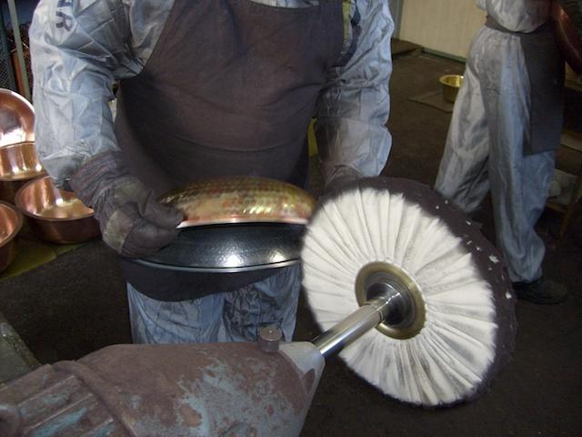 Hier wird der CopperGarden Bräter von unserem Kupferschmied noch mal aufpoliert