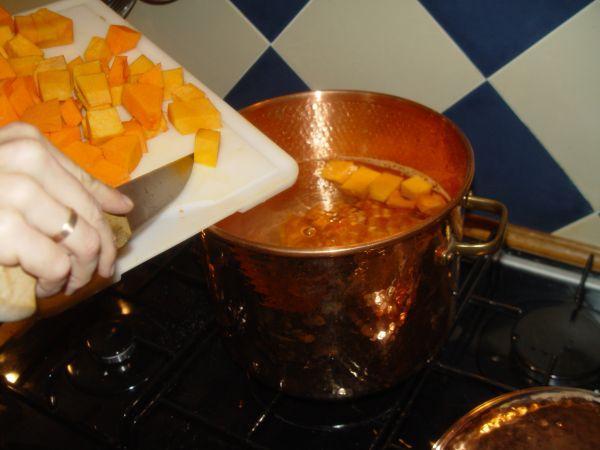 Préparation d´une soupe de courge dans une casserole en cuivre