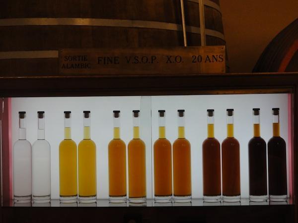 Calvados reift durch ahrelange Fasslagerung. Genau wie Whisky und Brandy auch