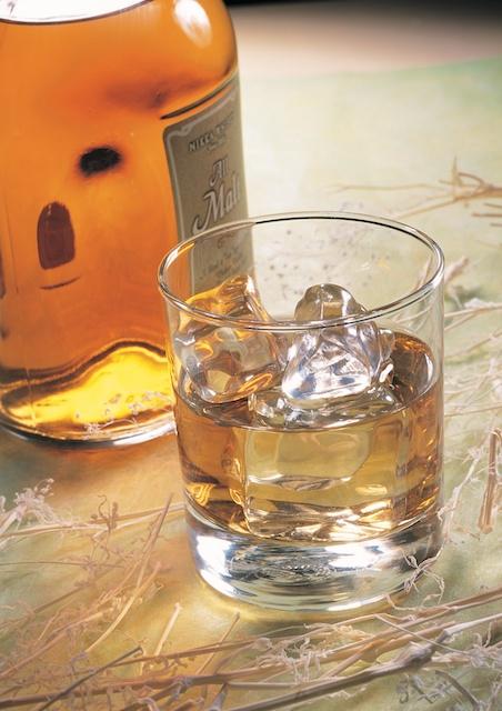 Whisky im Whiskyglas - vielleicht selbstgebrannt?